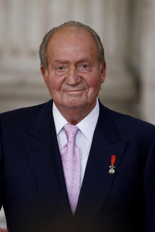 König Juan Carlos I. wird mit minutenlangem Applaus verabschiedet.