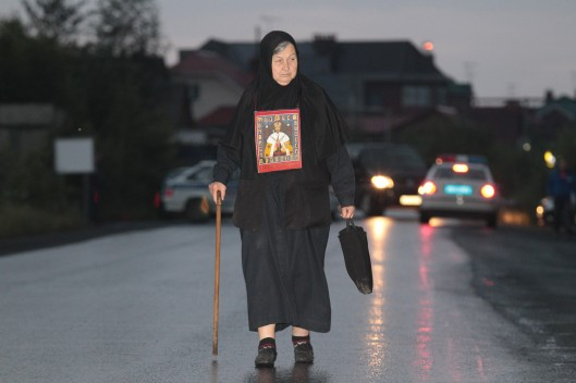 Eine ältere Frau hatte die Ikone des heiliggesprochenen Zaren mit auf den Weg genommen.