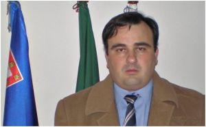 Paulo Estêvão, Abgeordneter für die Monarchistische Volkspartei (Partido Popular Monárquico) auf den Azoren, neben einer Fahne des Königreichs Portugal.