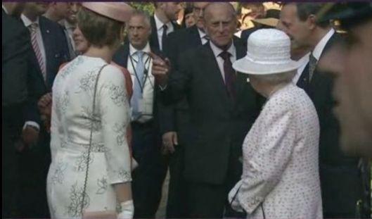 Der Zeigefinger weist auf Prinz Georg Friedrich.