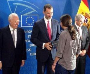 König Felipe mit dem umstrittenen Führer von Podemos, dem EU-Abgeordneten Pablo Iglesias, auf einer Veranstaltung im Europaparlament.
